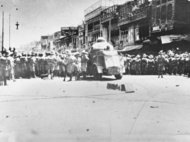 Troops advancing on the protesters     Image source - INP; courtesy - tribune.com.pk     Click for image.