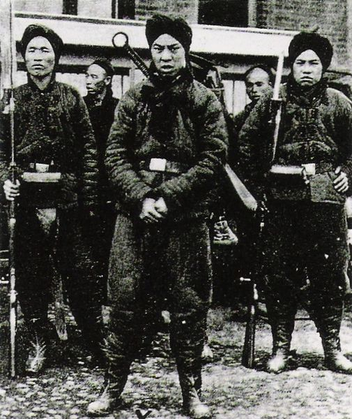 Boxer rebels, 1900 photograph. From Tōgō Shrine and Tōgō Association (東郷神社・東郷会), Togo Heihachiro in images, illustrated Meiji Navy (図説東郷平八郎、目で見る明治の海軍), (Japanese),   |  Source Wikipedia.  Click for image.
