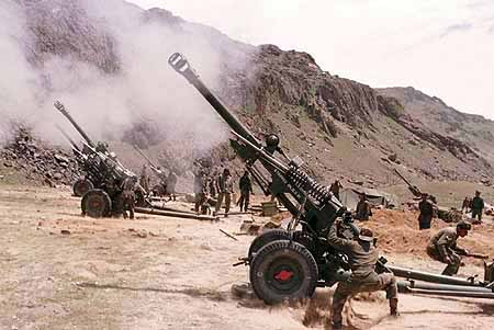 Indian soldiers in Kashmir; operating the Bofors guns.
