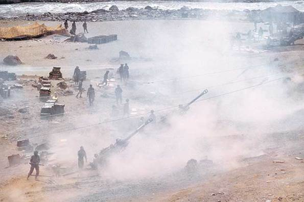 A battery of Bofors guns in operation during the Kargil War.  |  These 155-mm guns proved to be highly useful.   Image source & courtesy - outlookindia.com